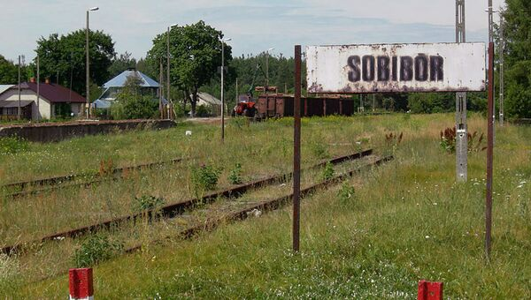 Табличка рядом с лагерем смерти Собибор