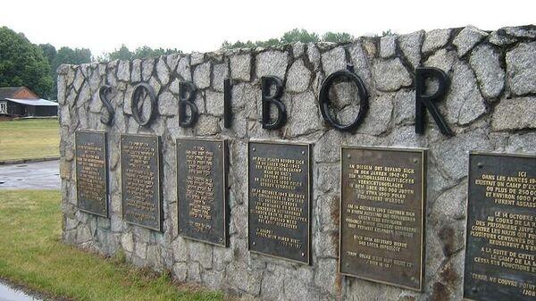 Табличка при входе в лагерь смерти Собибор