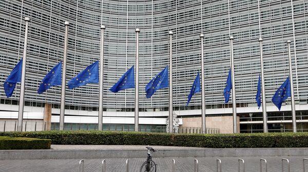 Приспущенные флаги Европейского Союза в память о жертвах нападения в Барселоне у штаб-квартиры Еврокомиссии в Брюсселе