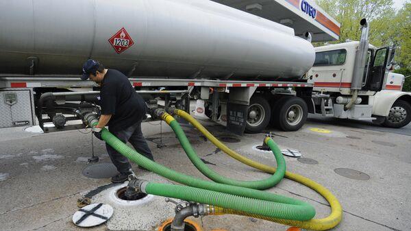 Грузовик доставляет топливо на автозаправку CITGO
