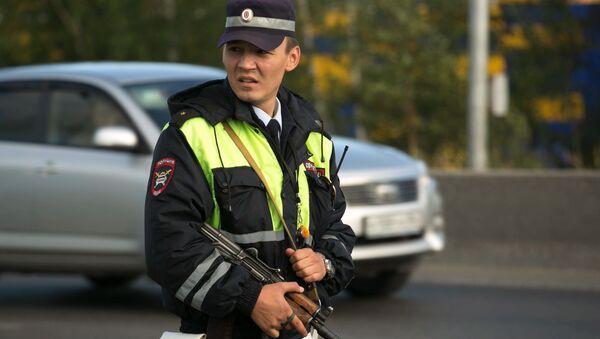 Сотрудник дорожно-патрульной службы во время проверки автомобилей, выезжающих из города Сургута. 19 августа 2017