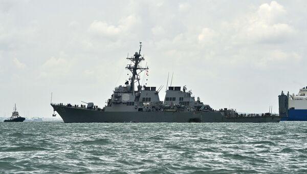 Эсминец ВМС США Джон Маккейн после столкновения с торговым судном. Архивное фото
