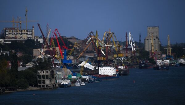 Вид с борта вертолета на реку Дон и порт Ростова-на-Дону