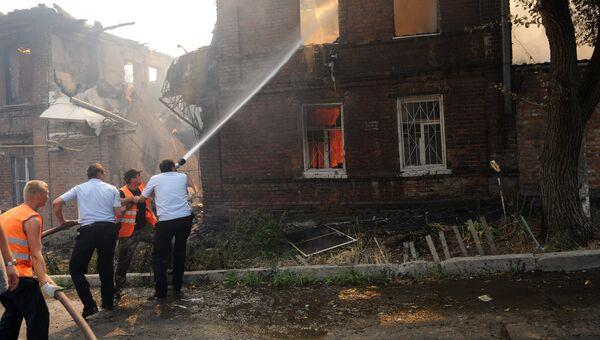 Сотрудники противопожарной службы МЧС России и коммунальных служб во время ликвидации пожара в Ростове-на-Дону