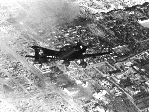 Немецкий самолет над Сталинградом. 1942 год
