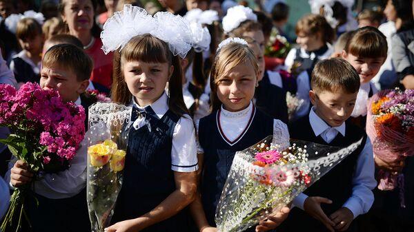 Школьная линейка. Архивное фото