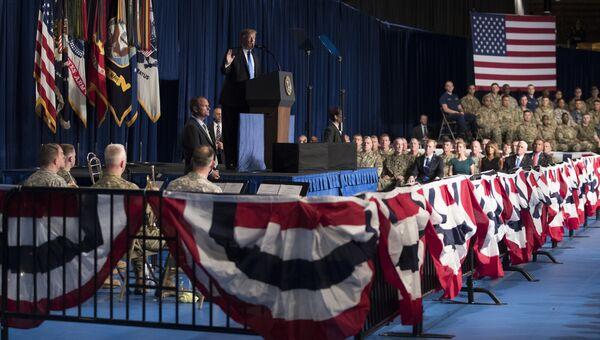Президент США Дональд Трамп выступает на военной базе Форт-Майер близ Вашингтона. 21 августа 2017