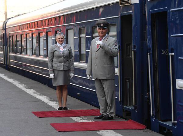 Проводники туристического поезда Императорская Россия перед отправлением поезда с Казанского вокзала по маршруту Москва - Пекин