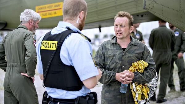 Изобретатель Петер Мадсен беседует с полицейским в порту Драгоер к югу от Копенгагена