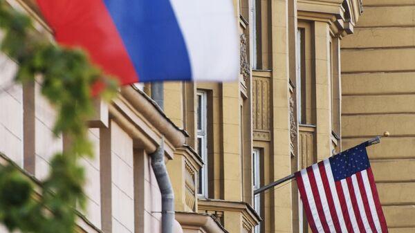 Флаги России и США на здании американского посольства в Москве