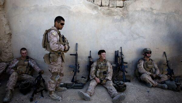 Морские пехотинцы США отдыхают во время патрулирования города Сангин в Афганистане. 3 ноября 2011