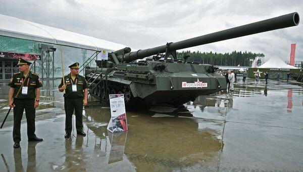 Военнослужашие у самоходной пушки 2С7М Малка на международном военно-техническом форуме Армия-2017