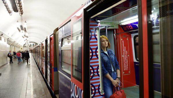Пассажир в вагоне тематического поезда метро Москва-870, запущенного в честь 870-летнего юбилея Москвы. 24 августа 2017
