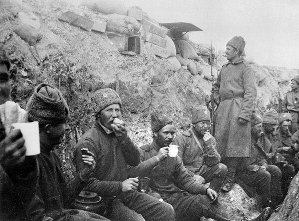 Солдаты русской армии в окопе в перерыве между боями