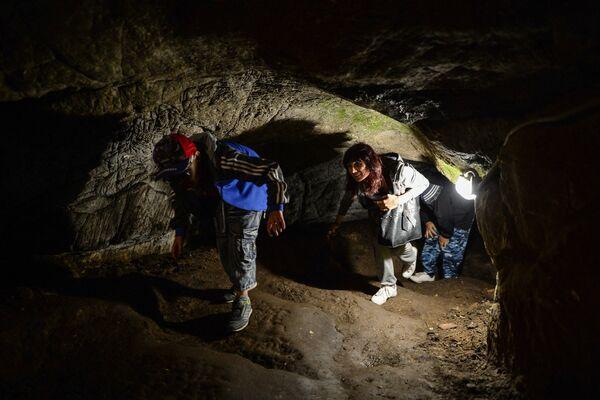 Туристы во время экскурсии в Тавдинские пещеры в Алтайском крае