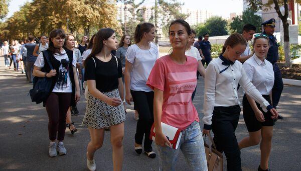Девушки-кандидаты в курсанты Краснодарского высшего военного авиационного училища летчиков во время ознакомительной экскурсии по училищу