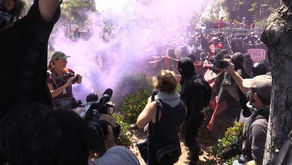 Споры оппозиционеров, дымовые шашки и вмешательство полиции: беспорядки в Беркли