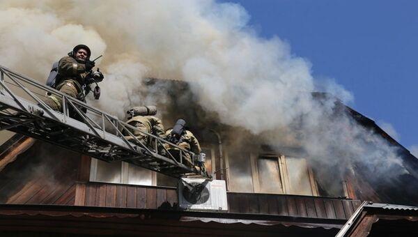 Сотрудники противопожарной службы МЧС России во время тушения пожара в частном доме престарелых Жемчужина в Красноярске. 28 августа 2017