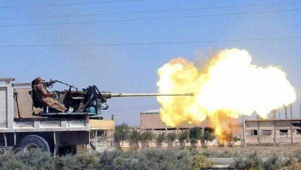 Боевики ИГ (запрещена в России) ведут огонь из тяжелого вооружения на востоке Сирии. Архивное фото