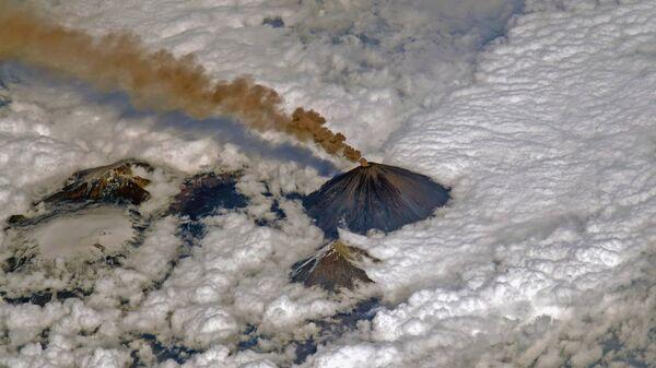 Вулкан Ключевская сопка выбрасывает столб пепла
