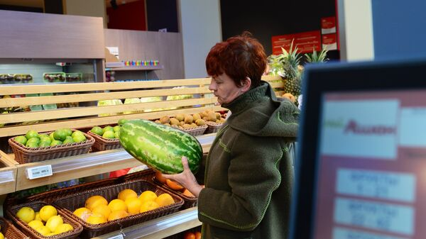 Покупательница в торговом зале