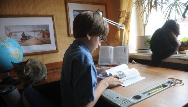 Мальчик читает учебник по истории