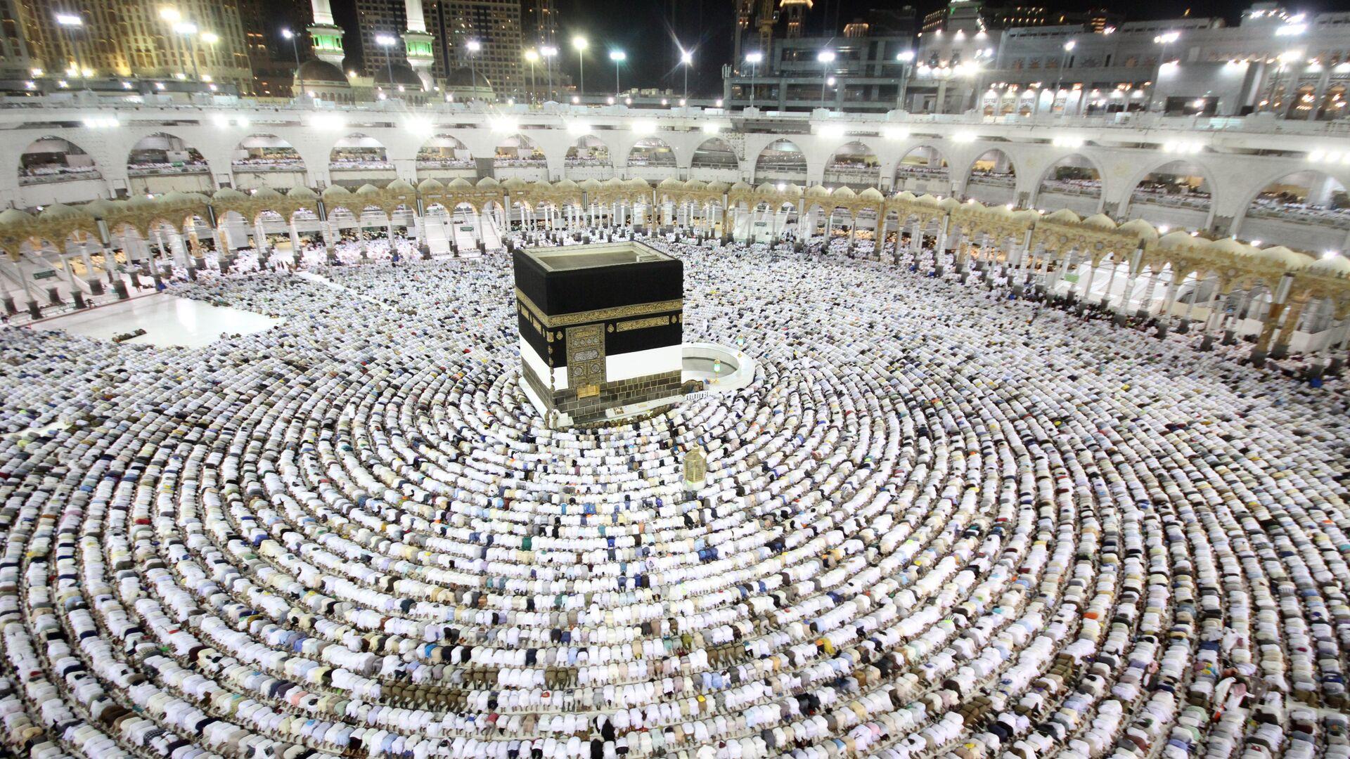 Паломники во время хаджа становятся на молитву вокруг Каабы в мечети Масджид аль-Харам в Мекке - РИА Новости, 1920, 12.06.2021