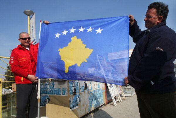 Косово. Жители Приштины с новым флагом самопровозглашенной респупблики Косово.