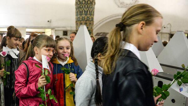 Школьники проходят через турникеты метрополитена. Архивное фото