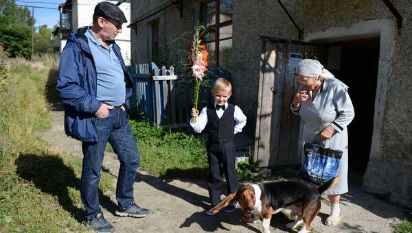 Семья провожает первоклассника в школу поселка Калиново в Свердловской области