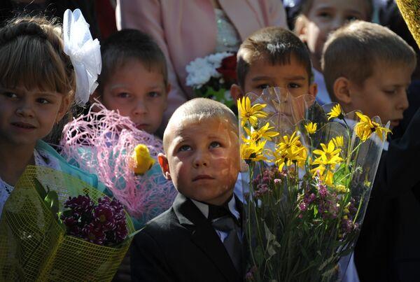 Первоклассники на праздничной линейке в средней школе поселка городского типа Атамановка Читинского района Забайкальского края в День знаний