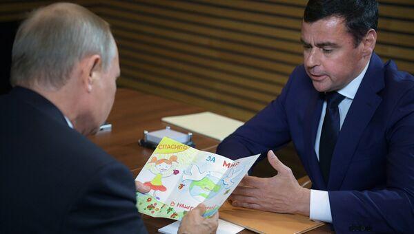 Врио главы Ярославской области Дмитрий Миронов передал Путину открытку от первоклассницы. 1 сентября 2017