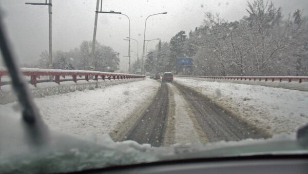Сильный снегопад на трассе. Архивное фото.