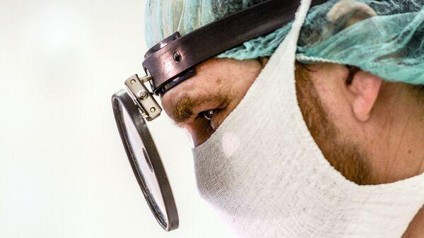 Хирург-отоларинголог во время операции. Архивное фото