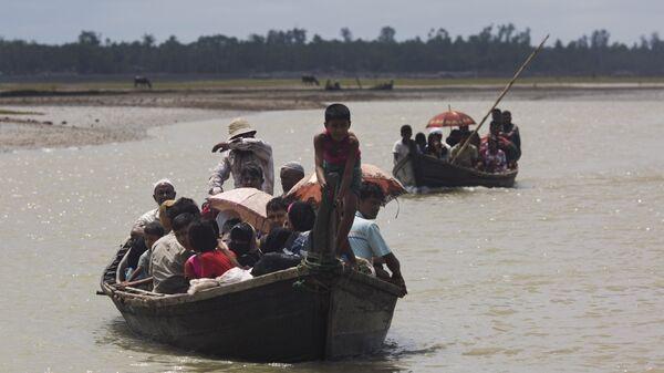 Рохинджа пресекают ручей после пересечения границы Бангладеш. 2 сентября 2017