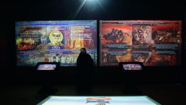 Посетитель знакомится с экспозицией на открытии мультимедийного исторического парка Россия – моя история в Екатеринбурге. Архивное фото