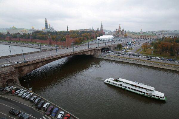 Москва-река. большо каменный мост. Кремль.