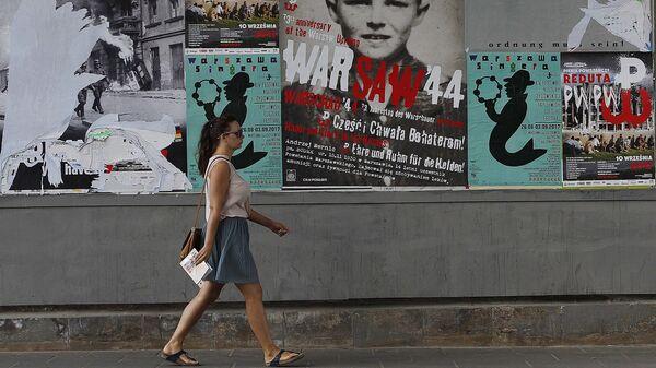 Плакаты с призывами к получению репараций от Германии в Варшаве, Польша