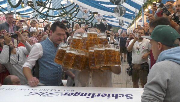 Официант из Баварии поднял и перенес 29 литровых кружек пива одновременно