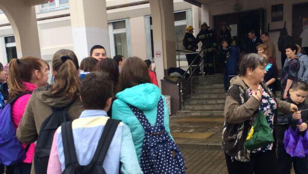 Учащиеся у входа в школу №1 Ивантеевки. 5 сентября 2017
