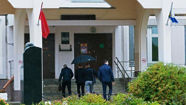 Сотрудники Следственного комитета РФ у входа в здание школы №1 в Ивантеевке Московской области