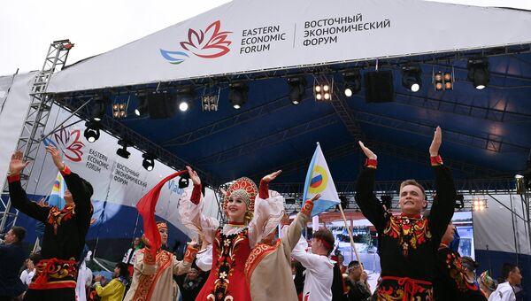 Участники праздничного шествия, посвященного открытию выставки Улица Дальнего Востока на набережной бухты Аякс в рамках ВЭФ-2017 во Владивостоке