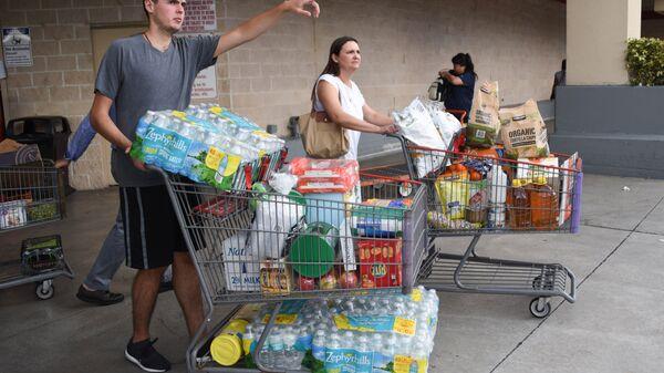 Покупатели склада-магазина Костко закупают воду, готовясь к приходу урагана Ирма в Майами, США. 5 сентября 2017