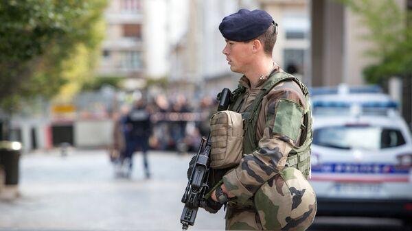 Сотрудник полиции в Париже