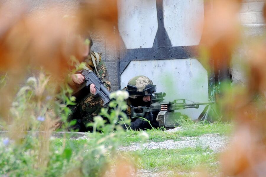 Сотрудники силовых структур во время проведения спецоперации по ликвидации боевиков