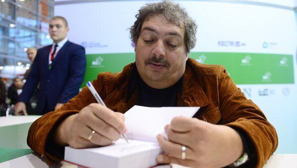 Писатель Дмитрий Быков на 30-й Московской международной книжной выставке-ярмарке в павильоне № 75 ВДНХ в Москве. 6 сентября 2017