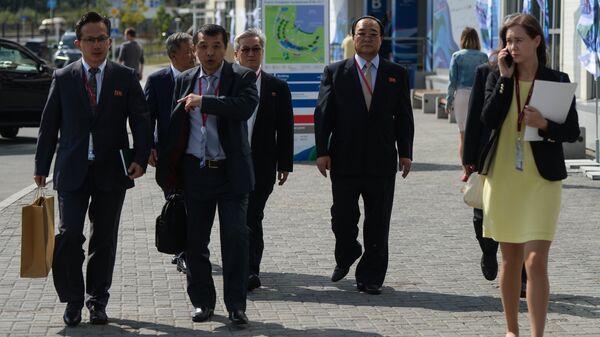 Северокорейская делегация во главе с вице-премьером вылетела на ВЭФ