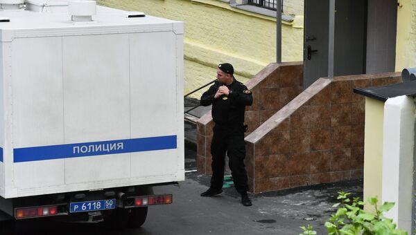 Полицейский автомобиль у Басманного суда города Москвы, архивное фото