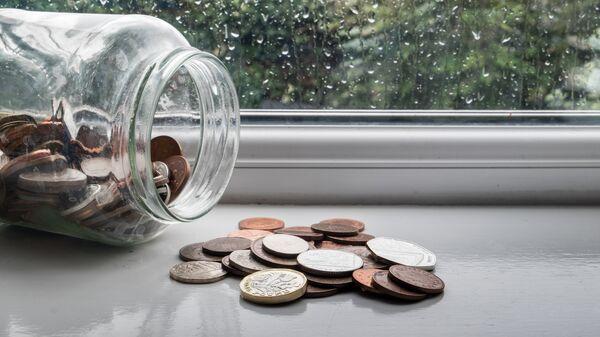 Монеты в банке. Архивное фото