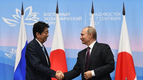 Президент РФ Владимир Путин и премьер-министр Японии Синдзо Абэ во время совместного заявления для прессы по итогам встречи на Восточном экономическом форуме. 7 сентября 2017